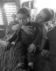 A very young Warwick Davis with Carrie Fisher on the set of 'Return of the Jedi' - THIS IS ALL THE CUTE