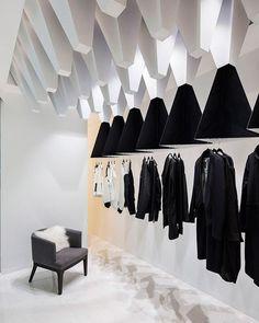 Aproveitando o restinho do domingo, enquanto aprecio estas formas geométricas penduradas no teto de uma loja de roupas no Kuwait. Os blocos escuros têm base espelhada e servem como cabideiros. #camilakleinarquiteta #geometric #store #boutique
