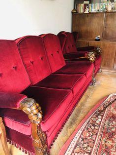 Eladó bordó kanapé, hozzá tartozó 2 db fotellel. Jó állapotú, azonban az egyik fotel ülésén hiányzik egy kis szövet, ahogyan a képen is látható. Méretek: 180x90x85 Fotelek: 70x90x85 Ülésmagasságuk: 40 cm Személyes átvétel Miskolcon.