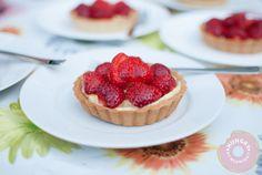 strawberry tart with vanilla custard Wedding Desserts, Mini Desserts, Summer Desserts, No Bake Desserts, Just Desserts, Delicious Desserts, Dessert Recipes, Dessert Ideas, Tart Recipes