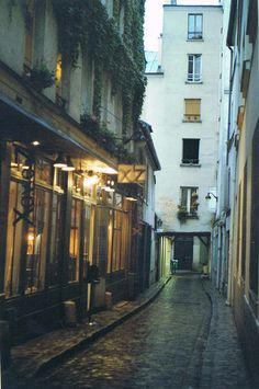 getting lost in paris. /Nyra