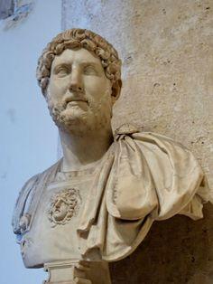 """Adriano foi imperador de 117 a 138. Admirador da cultura grega, Adriano decidiu reconstruir a cidade sagrada dos judeus, Jerusalém, adotando o estilo grego. Esse """"capricho"""" teria agravado a insatisfação dos judeus, que iniciaram uma violenta revolta contra Roma. Chegou, também, a ser chamado de """"Nero bem-sucedido"""" pela megalomania de suas obras públicas – por onde passava, fazia grandes monumentos."""