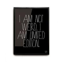 Articolo: 40x50LIMITEDMagia monocromatica. Questa stampa grafica e' estremamente minimalista e allo stesso tempo audace. Il messaggio incoraggia a essere positivi, a non dimenticare i propri sogni e, a volte, a farsi una risata. Stampato su carta fotografica gloss di alta qualita' (200 g) in un'edizione limitata di 100 pezzi. Cornice non inclusa.