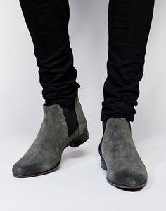 €67, Graue Chelsea-Stiefel aus Wildleder von Asos. Online-Shop: Asos. Klicken Sie hier für mehr Informationen: https://lookastic.com/men/shop_items/295782/redirect
