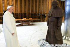 El papa Francisco tiene su alter ego de chocolate La pieza fue hecha por artesanos italianos con cacao de Guatemala  EFE