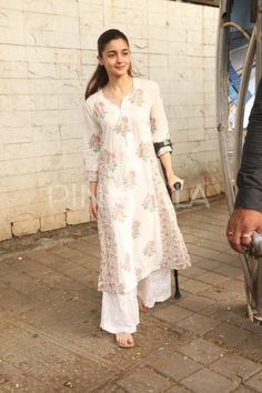 Photos: Anushka Sharma hits the gym; an injured Alia Bhatt exits a clinicToday, the paparazzi clicked Anushka Sharma and Alia Bhatt in Mumbai. Anushka was seen post her workout session and Alia, who injured herself recently made her way out of a clin Cotton Dress Indian, Dress Indian Style, Indian Dresses, Simple Kurti Designs, Kurta Designs Women, Indian Wedding Outfits, Indian Outfits, Indian Attire, Indian Wear