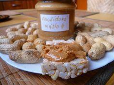 Domácí arašídové máslo 400g arašídů (opražíme), 1-2 lžičky medu/hnědého cukru, 1 lžíčka mořské/hymalájské solil