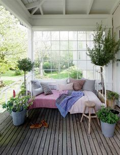Uderum indrettet med mulighed for at trække i ly for både sol, vind og regn Porches, Outdoor Rooms, Outdoor Living, Outdoor Decor, Hygge, Sleeping Porch, Interior And Exterior, Interior Design, Scandinavian Home