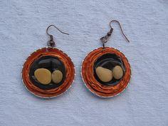 Orecchini arancio e marrone, con sassi - fatti con capsule Nespresso