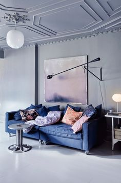 Tips That Help You Get The Best Leather Sofa Deal. A leather couch is the ideal way to improve a space's design and th Grey Living Room With Color, Living Room Colors, Living Room Sofa, Gravity Home, Scandinavian Interior Design, Piece A Vivre, Elle Decor, Decoration, Interior Inspiration