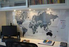 Home office decorado com mapa mundi.