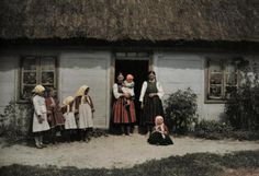 Stunning Color Photographs of Daily Life in Poland in the In German photographer Hans Hildenbrand of the American magazine National Geographic visited Poland to capture the color life of. Poland Culture, Polish People, National Geographic Society, Thatched Roof, Extraordinary People, My Heritage, World Cultures, Old Photos, 1930s