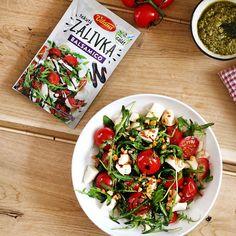 Máte chuť na niečo ľahké? V letných dňoch je ako stvorený šalát s rukolou, pečenými paradajkami a mozzarellou. 🥗 Výborne ladí s gorilovaným kuracím. #gorilovacka #chutnakuchyna #dnesjem #salat #grilujeme #kuracie #mnam #pochutka #vonku #navzduchu #grilovacka #leto #recept Caprese Salad, Cobb Salad, Leto, Food, Meal, Eten, Meals