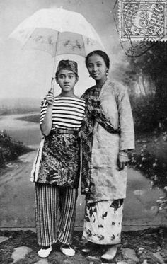 miss riboet ii with another early indonesian singer. amazing music at haji maji blog.