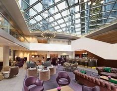 Enjoy panoramic views of the City at SkyLounge, the rooftop bar at the DoubleTree Tower of London hotel. Lobby Bar, City Café and room service. London Hotels, Hilton Hotel London, Lobby Bar, Hotel Lobby, Commercial Office Design, Hotel Safe, Queen Room, Great Hotel, Tower Of London