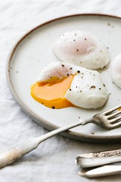 Poached Eggs are the perfect healthy breakfast recipe. Here's how to poach an egg perfectly every time. Healthy Breakfast Recipes, Brunch Recipes, Gourmet Recipes, Healthy Snacks, Healthy Eating, Healthy Recipes, Breakfast Crockpot, Grilling Recipes, How To Make A Poached Egg