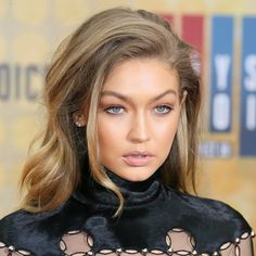 This Is How Gigi Hadid Gets Her Sexy Undone Texture, Gigi Hadid looked completely unfased by the split rumours surrounding her and Zayn as she smouldered her way along the red carpet at the Spike TV Guys Choice Bangs Updo, Hairstyles With Bangs, Pretty Hairstyles, Bangs Sideswept, Hair Bangs, Easy Hairstyles, Wedding Hairstyles, Gigi Hadid Looks, Gigi Hadid Style