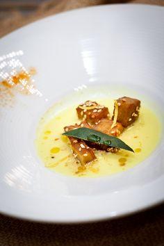 seitan arrostito con semi di sesamo e crema di patate alla curcuma