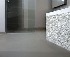 Betonlook gietvloer in badkamer met stones design bad afwerking douche pinterest badkamer - Badkamer beton wax ...