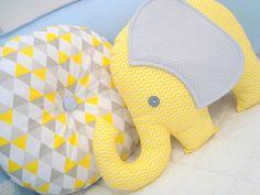 Conjunto com 2 almofadas de tecido, sendo uma modelo de elefante e a outra redonda.    Feitas com tecido 100% algodão e enchimento com fibra antialérgica.  Ideal para decoração do quarto do bebê.    TAMANHO: Elefante: 36cm largura x 26cm de altura   Redonda: 33cm de diâmetro    *Fazemos em outras...