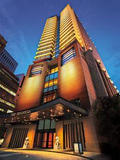 Hotel The Peninsula 5 ***** / Tokyo / Japon Peninsula Tokyo, Peninsula Hotel, Japon Tokyo, Hotel Architecture, Futuristic Architecture, Hotels And Resorts, Best Hotels, Luxury Hotels, Kyoto