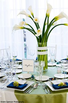calla lilies centerpiece with white ribbon around the vase, how elegant.