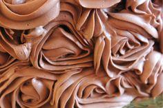 //Bilde er tatt for magasinet mateglede, kaken er det jeg som har laget// Hei Dette er min signaturkake – tre lag med sjokoladebunn, frisk bringebærmousse og en silkemyk sjokoladekrem sprøyte…