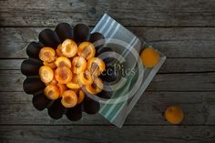 #Apricot halves with sugar syrup in black bowl, above view. #FOODPORTFOLIO #FOODPHOTOGRAPHY #FOODPHOTOGRAPHER #FOOD