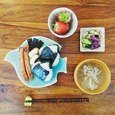 Instagram 写真撮影fuminokimura_official - *** 今日はお久しぶりの いつもの朝ごはんでしたー。  朝ばたばたしてて 上げるの忘れてました。  夜炊いて余ってた麦ご飯で 握ってみたものの おにぎりはやっぱり白米かな。 巻いたのりの余り方がどこか おひな様…金太郎みたいだぁ。  舞茸のお味噌汁といっしょに。  #長浜由起子 #今日はそんなバナナ #ふみ飯