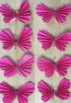 Aprende como hacer unas bellas y sencillas mariposas plegando el papel a manera de acordeón con lo que lograrás un aspecto muy original y l...