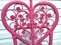 I spray painted some old wicker furniture for a fun new twist.  See more pics at theluckylass.com
