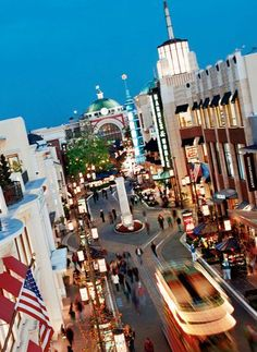 Shopping @ The Grove; love it! Love the Barnes & Noble here, love Ulysses restaurant, and Georgie loves Tommy Bahamas!
