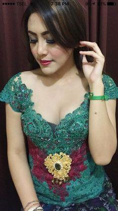 Beautiful Girl Image, Beautiful Asian Women, Bali Girls, Kebaya Bali, Iranian Beauty, Teen Girl Poses, Beauty Full Girl, Balinese, Traditional Dresses