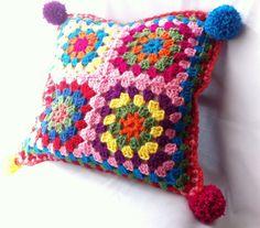 Precioso cojín de ganchillo de estilo campestre con cuadrados de colores granny y pom-poms - Hecho a mano - Relleno incluido