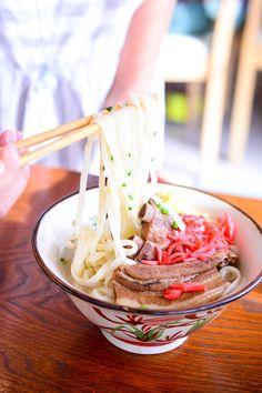モッチリとした自家製麺は格別! 沖縄そばの店「まるやす」|おでかけコロカル うるま編|「colocal コロカル」ローカルを学ぶ・暮らす・旅する