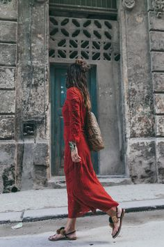 Cuba-La_Habana_Centro-Red_Dress-PomPom_Sandals-Backpack-Sreetstyle-Half_Knot_Hairstyle-Outfit-2