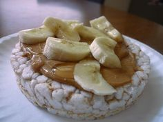 Banana Nutter: Few pairings are more comforting than a classic peanut butter and banana combo. Top a rice cake (brown rice for extra fiber points!) with 2 tablespoons of your favorite nut butter and half a banana, sliced. Sprinkle with cinnamon High Protein Snacks, High Protein Foods List, Fiber Snacks, Protein Bars, Snacks Diy, Portable Snacks, Snack Recipes, Healthy Recipes, Cooking Recipes