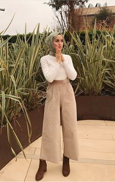 neutral outfit to neutral outfit Hijab Tunic Models 2020 Hijab. The very word conjures up images of gorgeous Muslim girls with pretty scarves tied around their head, hiding their hair from view. There's a great deal to be said about this ama Hijab Fashion Casual, Street Hijab Fashion, Casual Hijab Outfit, Muslim Fashion, Modest Fashion, Fashion Outfits, Trendy Fashion, Hijab Chic, Casual Outfits