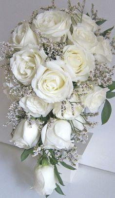 Buketten blir en droppformad med vita och gammelrosa rosor med vita pärlor!