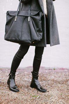 Moderne Jeans von J Brand mit Power Stretch Denim und Leder Ripp an den Knien. Hier entdecken und kaufen: http://www.sturbock.me/