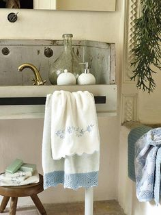 Convierte tu #baño en un balneario #toallero #lavabo