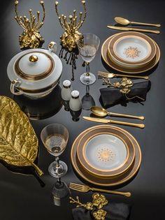 Elegant Christmas table setting in gold - Design Ort Table Place Settings, Elegant Table Settings, Beautiful Table Settings, Christmas Table Settings, Dining Etiquette, Elegant Christmas, Gold Christmas, Dinner Sets, Deco Table
