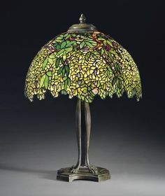 Tiffany table lamp by Louis Comfort Tiffany Louis Comfort Tiffany, Lustre Tiffany, Tiffany Glass, Antique Lamps, Vintage Lamps, Studio Lamp, Tiffany Table Lamps, Tiffany Chandelier, Lamp Inspiration