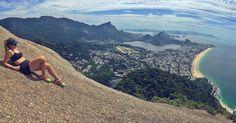 Cariocando #trilhandomontanhas #trilhaseaventuras #morrodoisirmaos #cariocalifestyle #healthylifestyle #riodejaneiro #errejota #rj #trilhamorrodoisirmaos #50shadesofblue #cidademaravilhosa by marcelabpaula