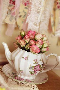 Vintage Teddy Bear Tea Party (roses in teapot centerpiece) Teapot Centerpiece, Bouquet Champetre, Vintage Party Decorations, Vintage Tea Parties, Bridal Shower Centerpieces, Table Centerpieces, Centerpiece Ideas, Tea Party Bridal Shower, Vintage Bridal