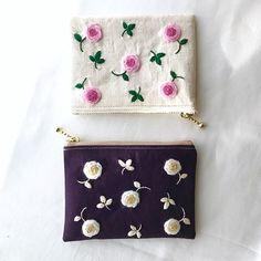 生成りと紫のキャンバス。 同じ図案でも色合わせで雰囲気が全く異なる。不思議♫ * * * #植物好き #植物モチーフ #植物のあるくらし#植物好きな人とつながりたい #植物刺繍#刺繍好き #ハンドメイドが好き #手しごと #ガーデナー #ガーデナーの手しごと#季節を楽しむ暮らし #handmade #needlwork #gardener #roselover #秋バラ #バラが好き #イングリッシュローズ #ウール刺繍 #バラのある暮らし#壁掛けインテリア