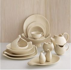 Eva Zeisel 1952 ceramics re-released by crate and barrel Modern Dinnerware, Dinnerware Sets, Classic Dinnerware, Heath Ceramics, Modern Ceramics, Organic Modern, Mid-century Modern, Danish Modern, Modern Design
