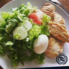 Večera ☺ Pileća prsa, jaje, zelena salata, rajčica i krastavci   #wayoflife