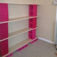 Crear muebles no es tan difícil como parece, existen opciones muy sencillas, por ejemplo estos estantes de ladrillos y madera. Este precioso mueble puede colocarse en cualquier habitación de tu hogar. ¡Manos a la obra!  Estantes de ladrillos y madera. Materiales: • Ladrillos • Madera • Pintura. Procedimiento: 1. Debes comenzar aplicando dos tres capas de pintura en cada uno de los ladrillos. 2. Cuando se encuentren secos comenzaremos a armar el estante. 3. Coloca tres ladrillos separados…