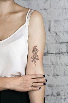 Тату цветы – это отличная идея для тех, кому нравятся женственные тату. Тату цветы для девушек могут быть и большие, и маленькие, как в нежных пастельных тонах, так и пестрить яркими красками.  Тату цветы | Тату цветы для девушек | Тату для девушек | Женские тату | Тату на руке для девушек |   Татуировки для девушек на плече | Эскизы тату цветы #tattoo #flowertattoo #flower #цветы #tattoodesign #tattooflash #minitattoo #tattooideas #inspirationtattoo #cutetattoo #girltattoo #эскиз #идея Simple Arm Tattoos, Dainty Tattoos, Simplistic Tattoos, Girly Tattoos, Little Tattoos, Pretty Tattoos, Mini Tattoos, Sexy Tattoos, Unique Tattoos